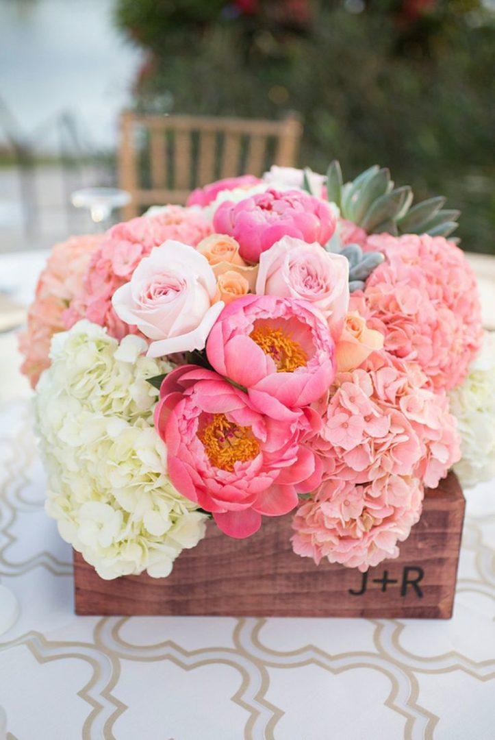 Tischdeko Hochzeit Pfingstrosen Rosen Hortensien rosa pink ...