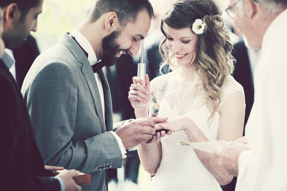 Hochzeit Ossona Wallis Tattoos Katholisch Trauung Regen Boho Outdoor Ringtausch