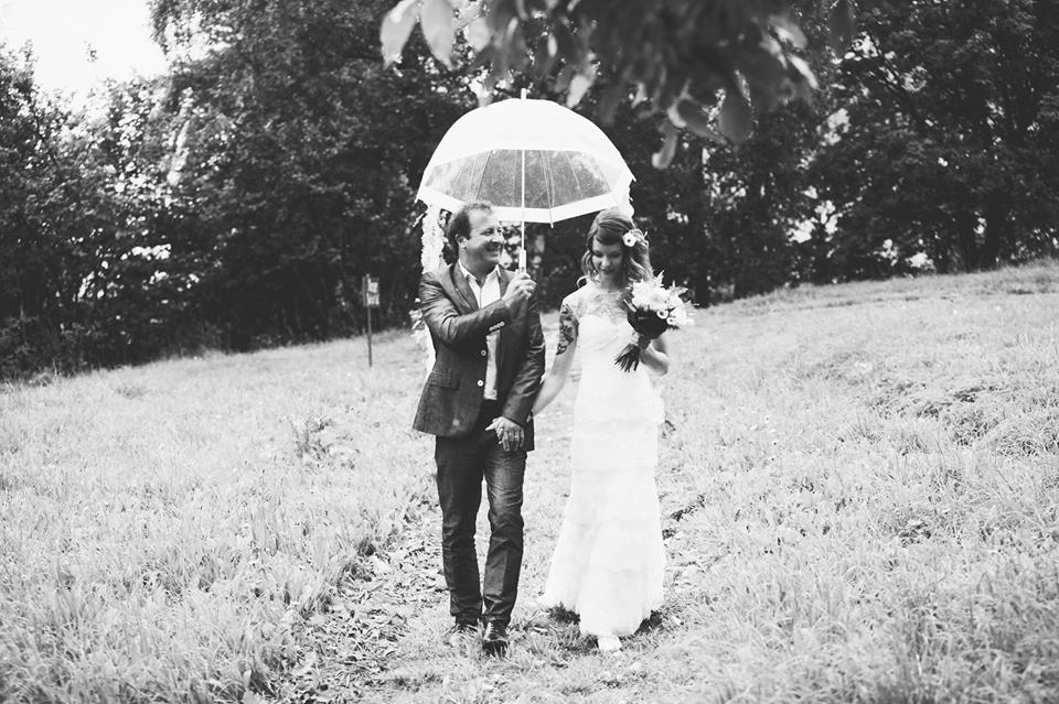 Hochzeit Ossona Wallis Tattoos Katholisch Trauung Regen Boho Outdoor2
