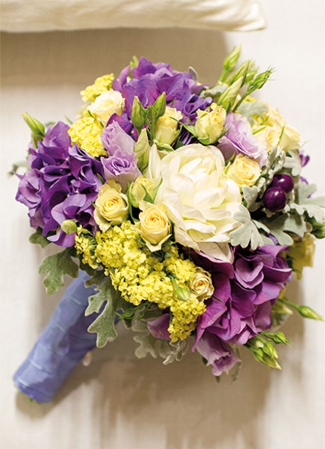 Brautstrauss des Monats August saisonal lila pastellgelb Hortensien Rosen