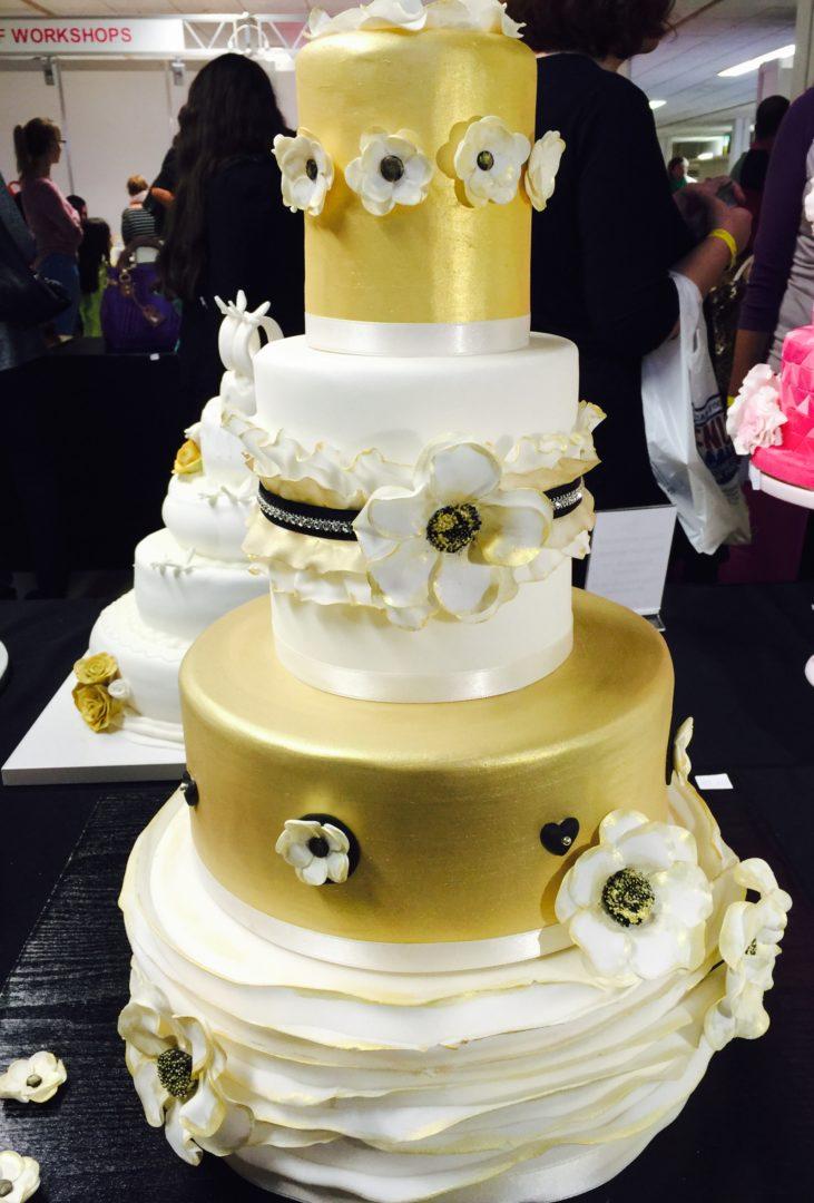 Hochzeitstorte Gold Weiss Schwarz Zuckerblumen Ranunkel