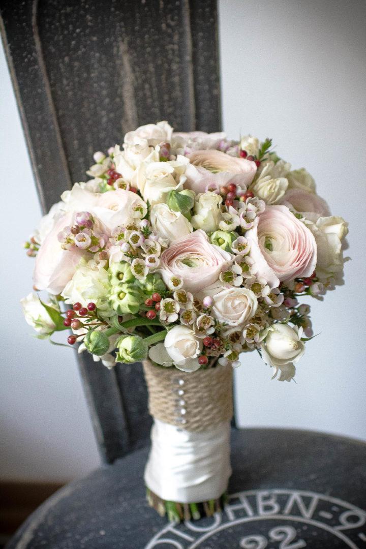 Brautstrauss des Monats Januar Ranunkel Rosen Wachsblume Rosa Weiss Weiss Pastell